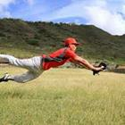 Baseball player attraper la balle, sauter
